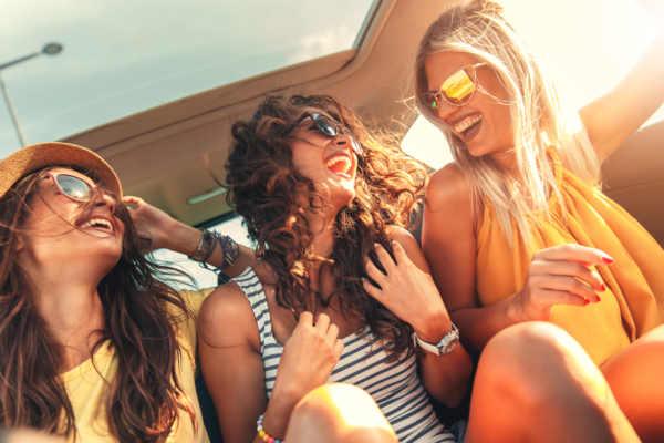 Durch Freunde neue Leute kennenlernen funktioniert bei den meisten Personen